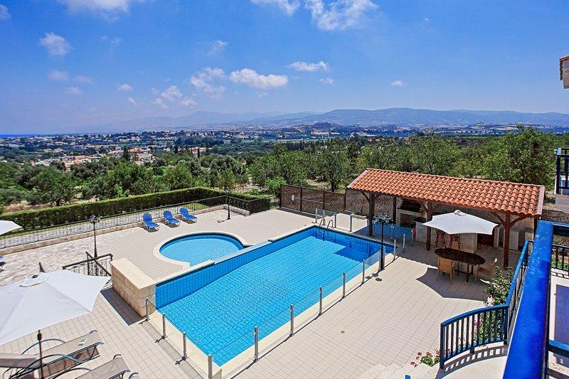 Villa Mandalarosa, Latchi, 3 Bed Villa with Family Room, Large Grounds, Sleeps 8, holiday rental in Goudhi