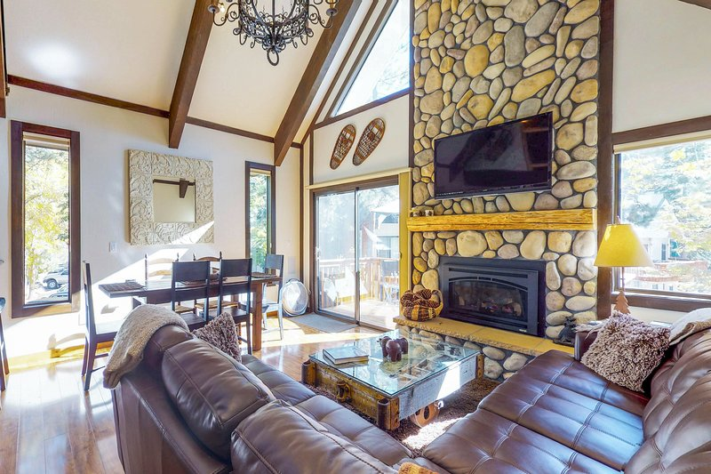 Cozy vacation condo w/ deck & shared pool - close to lake, casinos, & skiing, vacation rental in New Washoe City