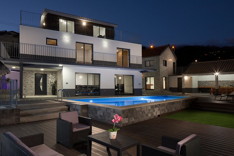NEW - Superb 5-bed in Calheta, pool, gym, billiards, A/C – Casa da Rosalina, location de vacances à Calheta
