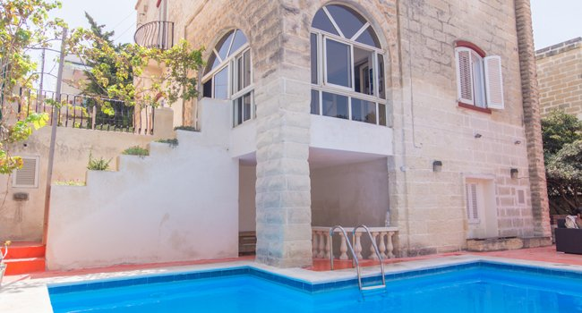 Basecamp - 12 bedroom private villa with pool, holiday rental in Madliena