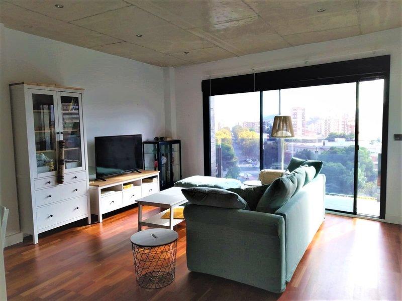 Salón con capacidad para 8 comensales. Tv con Netflix, sofá, etc.