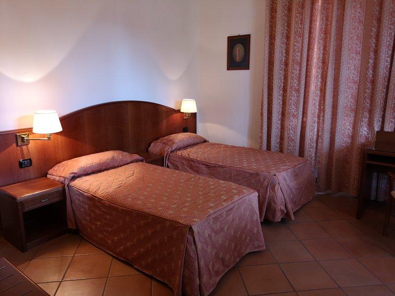 Camera doppia con balcone vista giardino a 5 minuti dalla metro C Torre Gaia, vacation rental in Aranova