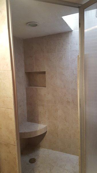 Regadera del baño completo ,amplia y comoda .