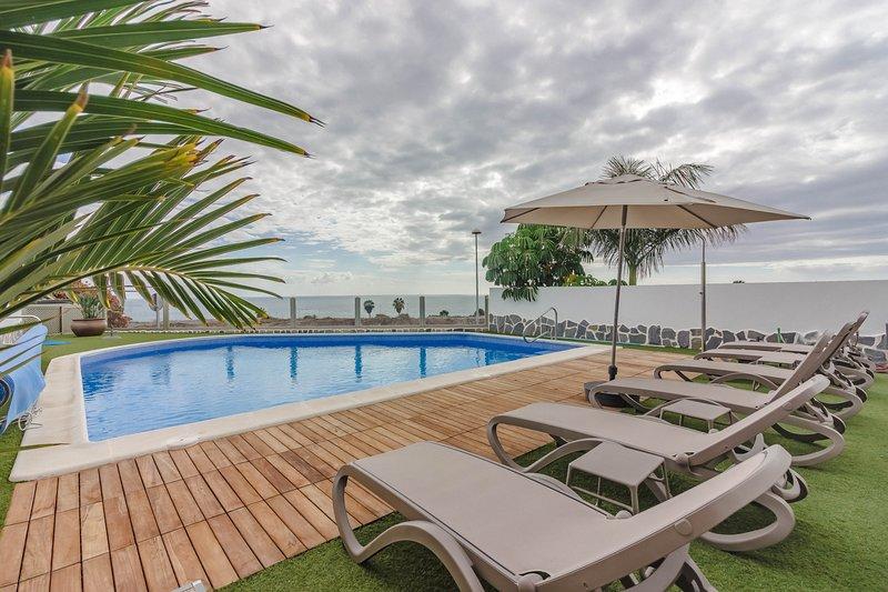 Villa Isabella, Villa Lussuosa con Piscina Privata Riscaldata, Adeje, Tenerife, holiday rental in La Caleta