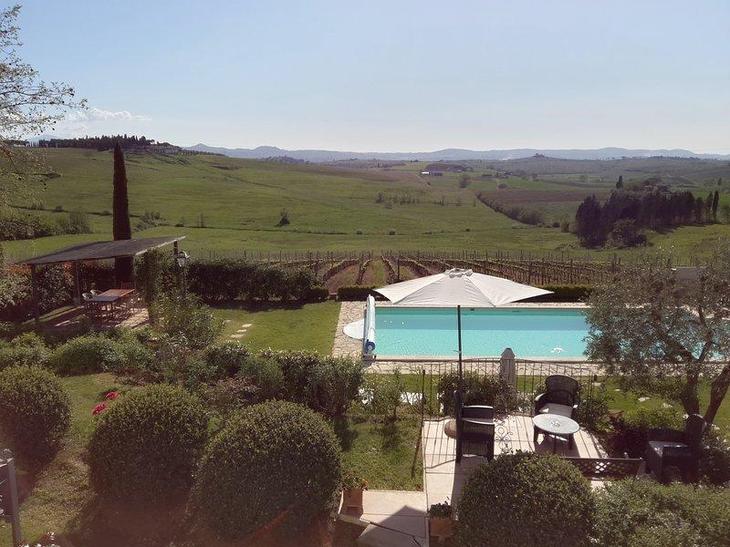 La villa offre molti angoli all'aperto per godersi il giardino, la vista ...