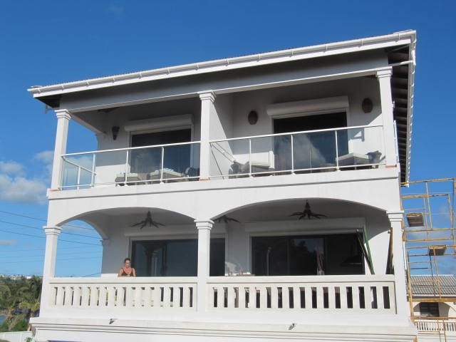 beautifull luxe duplex 300m from the beach,sun set view from the terrase, casa vacanza a East End Village