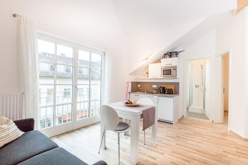 Moderne Dachgeschosswohnung im Herzen Bad Aiblings, vacation rental in Rosenheim