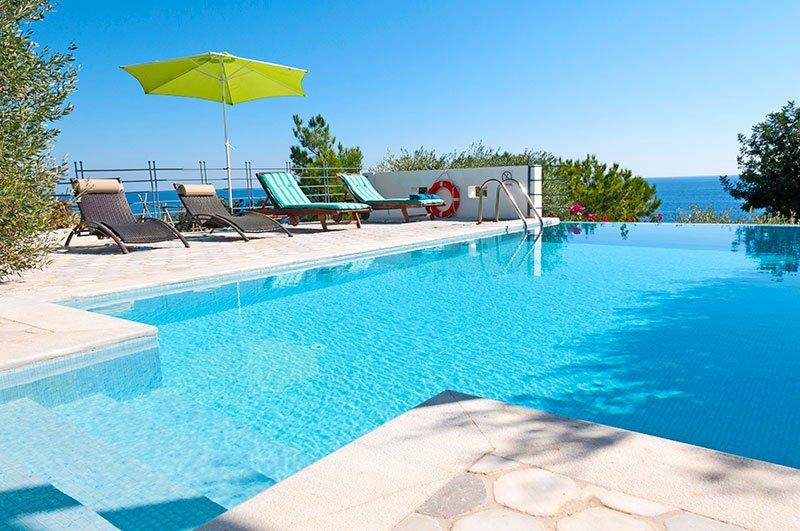 Villa Kohili de 2 étages vue sur mer, piscine et plage à proximité, vacation rental in Koutsouras
