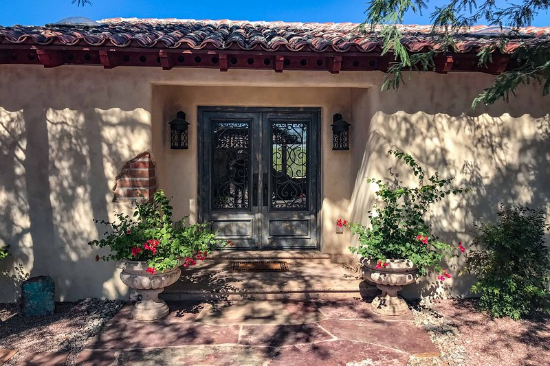 Luxe Tucson Vineyard Home w/ Views & Fire Pit, holiday rental in Red Rock