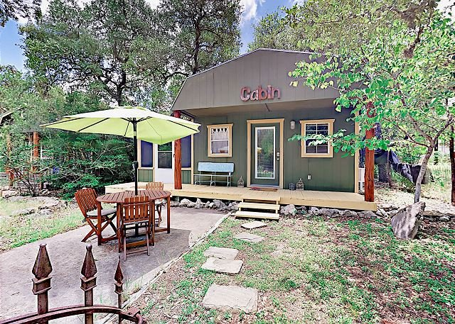 Secluded Cabin-Style Studio w/ Patio – Surrounded by Walking Trails, holiday rental in Buda