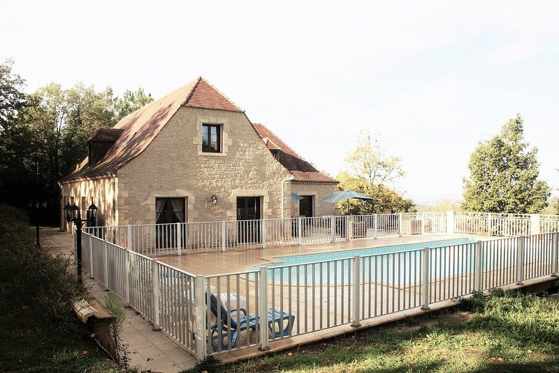 the pool is fully fenced for children security and parents peace of minds!