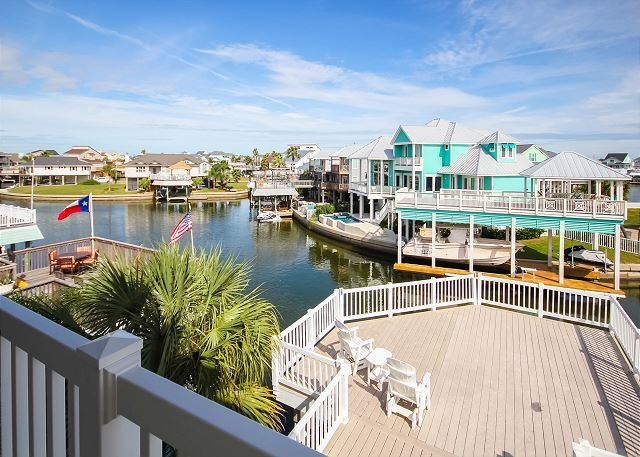 Reel Good Spot: Canal-Front Gem w/ Private Boat Dock & 3 Huge Decks, vacation rental in Galveston Island