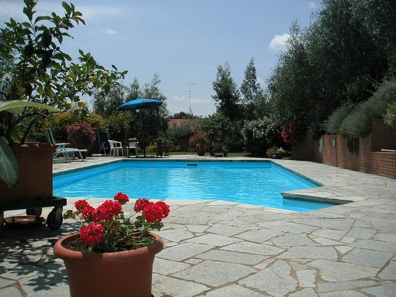Detached Villa with shared swimming pool, large garden, village walking distance, location de vacances à Lucignano
