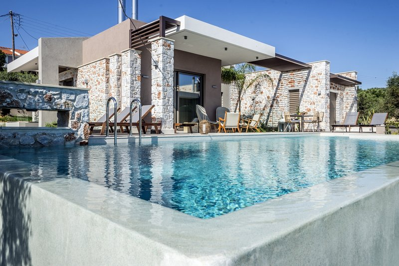 Luxury,modern,ideal for family,pool,view, holiday rental in Theriso
