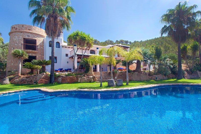 Splendid villa Palmeras set in the hills of Santa Eulalia, peace and privacy, aluguéis de temporada em Siesta