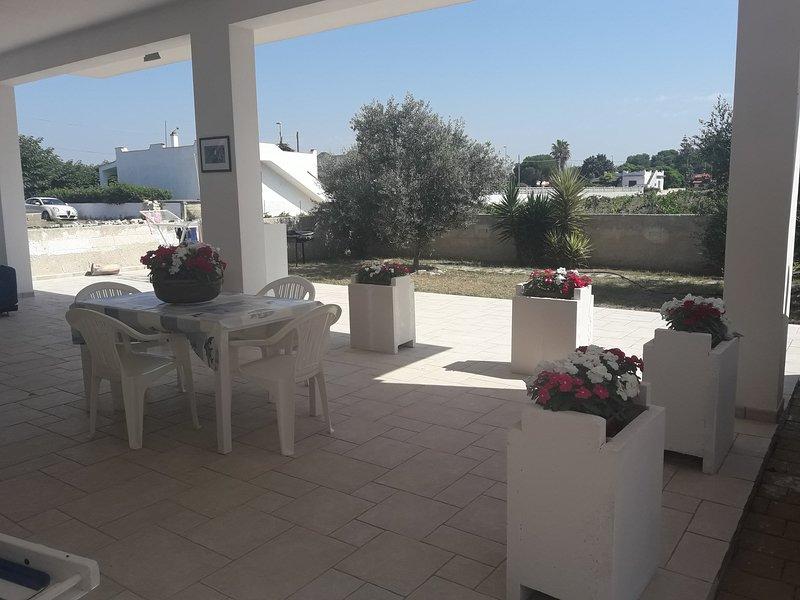 Villa Mary - villetta fronte mare finemente ristrutturata con noleggio gommone, holiday rental in Monacizzo-Librari-Truglione