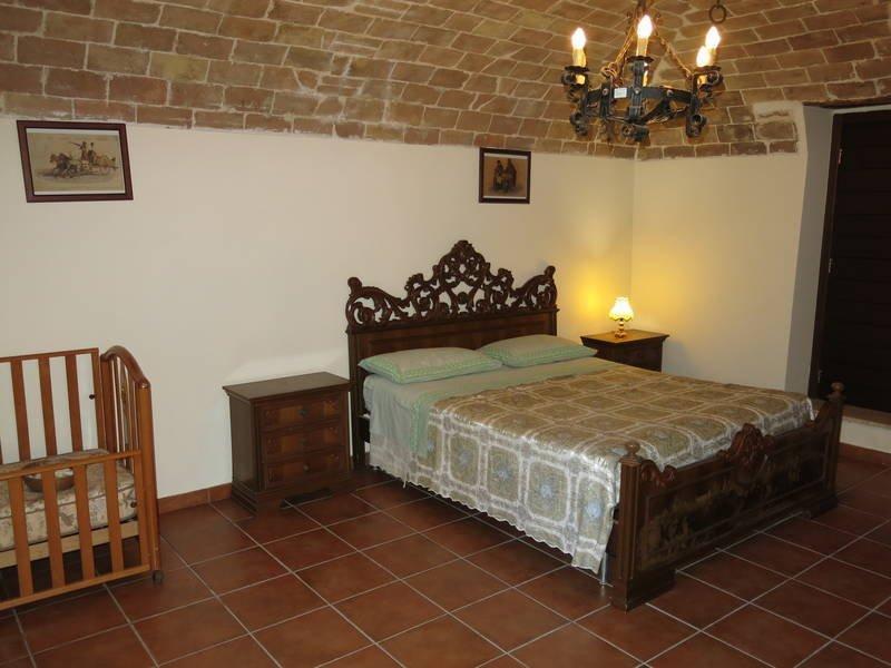 camera matrimoniale con un letto aggiunto più lettino per bebè