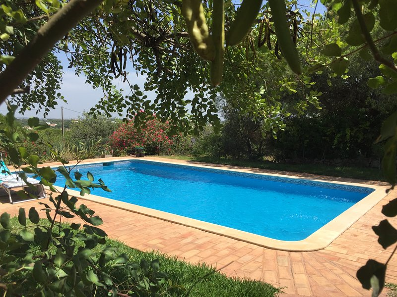 Nice house with shared pool & Wifi, location de vacances à Alfarrobeira