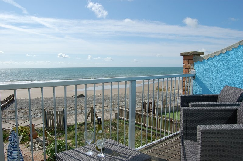 Beach Retreat sea front holiday home, vacation rental in Tywyn