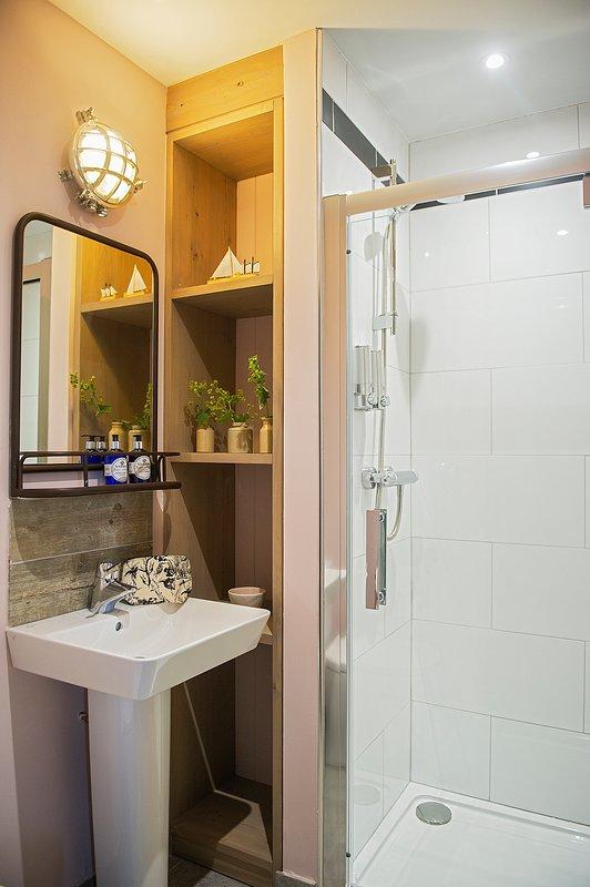 Loch Dochfour en-suite shower room.