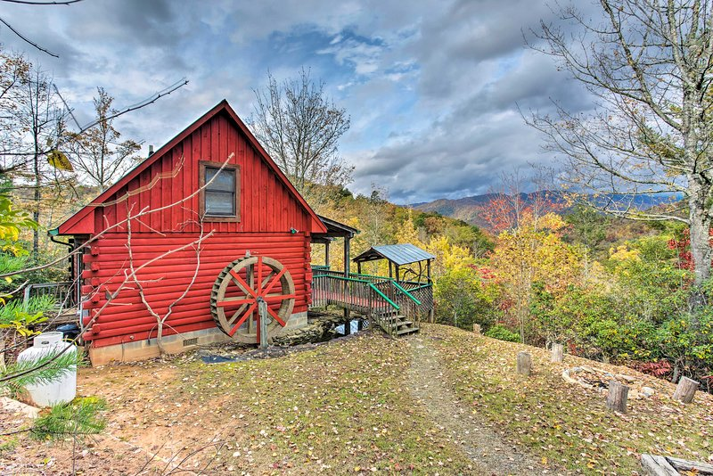 Profitez de la beauté de la nature dans cette cabine de location de vacances dotée d'une chambre et d'une salle de bains.
