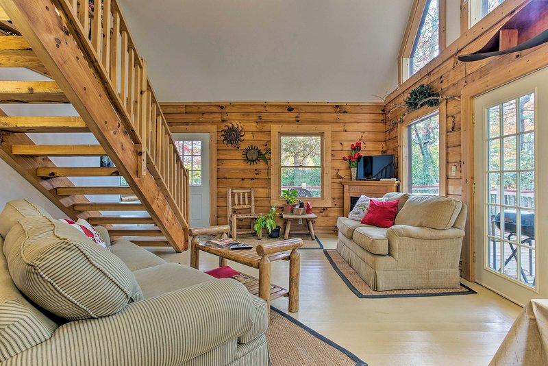 Bryson City Cabin w/Porch & Hot Tub - Near Hiking!, vacation rental in Whittier