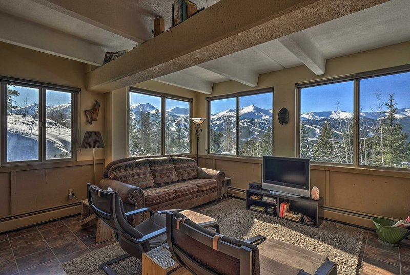 Un retiro de montaña inolvidable te espera en este condominio de Breckenridge.
