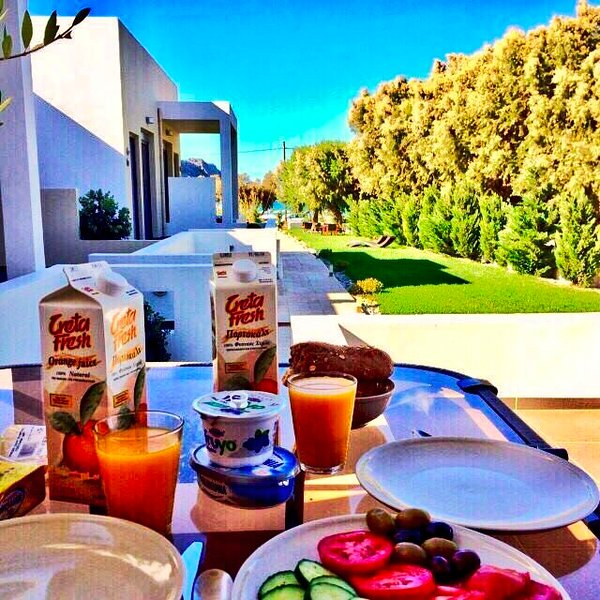 Enjoy your breakfast with sea view !