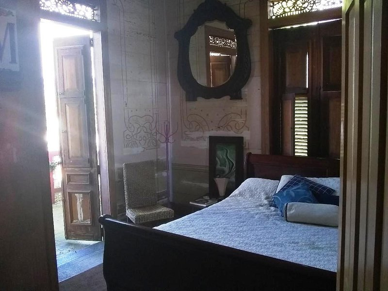 1917 Architectural Jewel...A 2 Tiempos AyS, Bed and Breakfast, Suite Mina, alquiler de vacaciones en Maricao