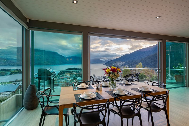 Jantar com uma vista no Panorama no terraço