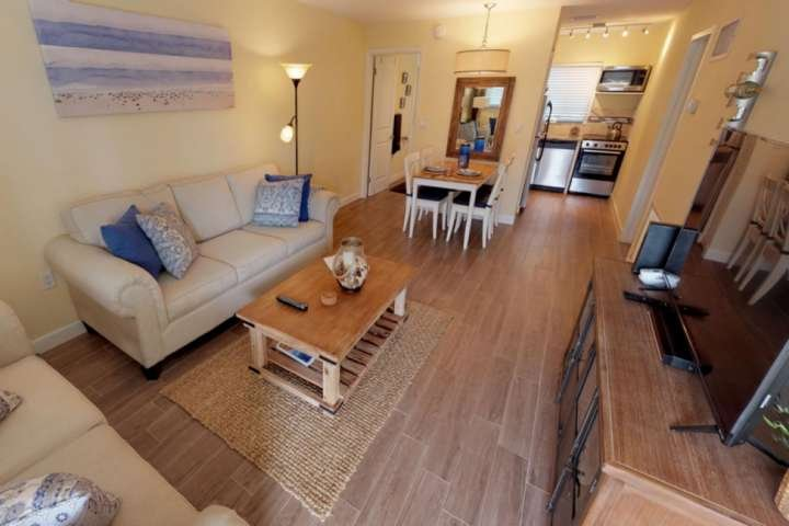 3 Minutes to private beach access ! Newly Updated Beach Condo , Pool, WiFi, Gril, alquiler vacacional en Anna Maria Island