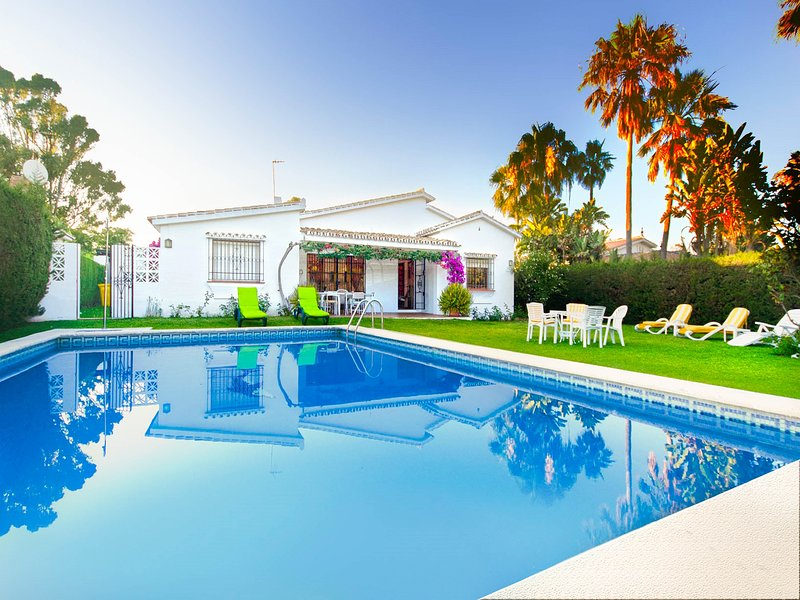 VILLA LA CHOZA-Private swimming pool next to the beach, location de vacances à Estepona