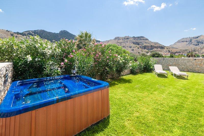 jacuzzi privado, onde pode desfrutar do pôr do sol com um copo de vinho