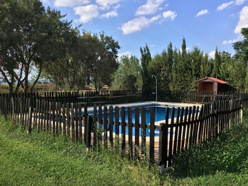 Amazing house with shared pool, aluguéis de temporada em El Robledo