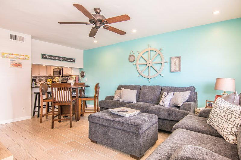 Fully updated condo with beautiful gulf views in the heart of Gulf Shores!, casa vacanza a Costa del Golfo