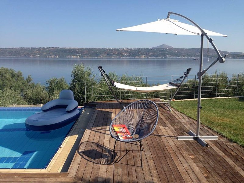 Luxurious Sea Front Villa with private beach and pool!, location de vacances à Malaxa