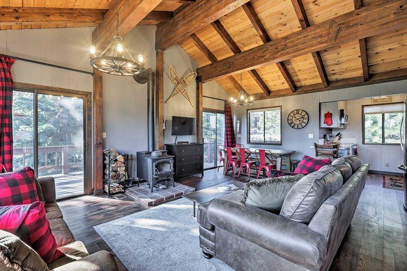 Rilassati in questa lussuosa baita con 3 camere da letto e 2 bagni in affitto a Truckee.