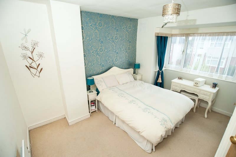 Light and spacious double room in sought after urban village of Chapel Allerton, aluguéis de temporada em Leeds