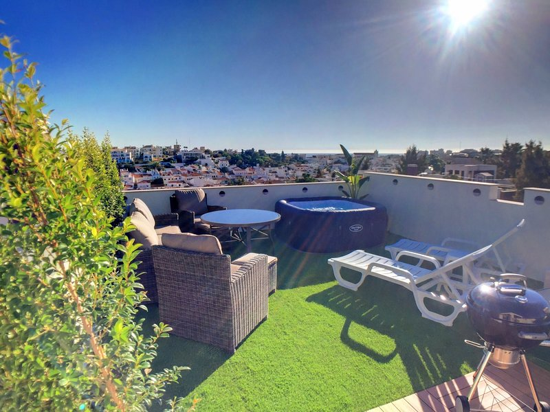 2 Bedrooms Apartment in Ferragudo, Roof Terrace with Hot Tub, BBQ and View, location de vacances à Ferragudo