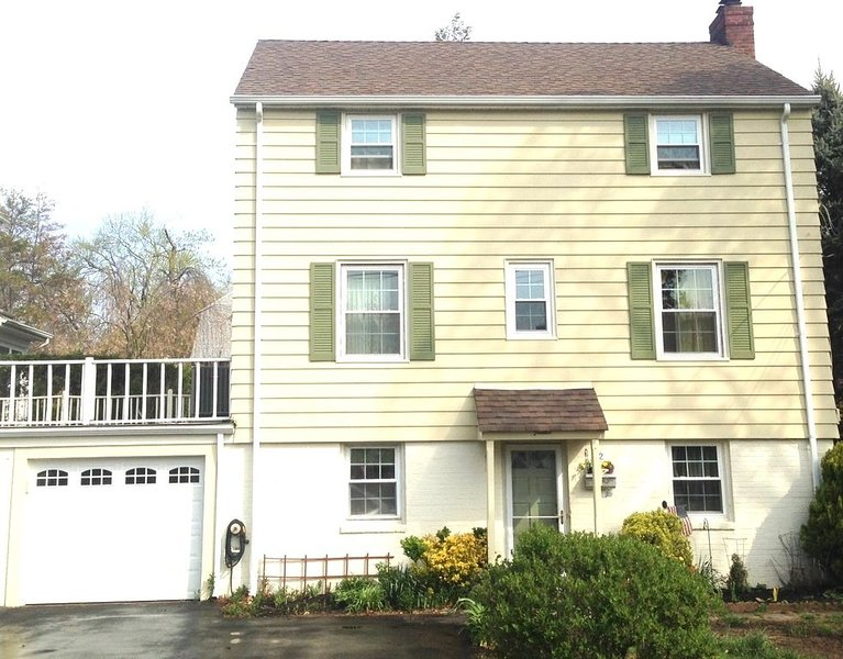 30 Mins from NYC-Colonial 3bed, 3 bath sleeps 6-8, holiday rental in Hackensack