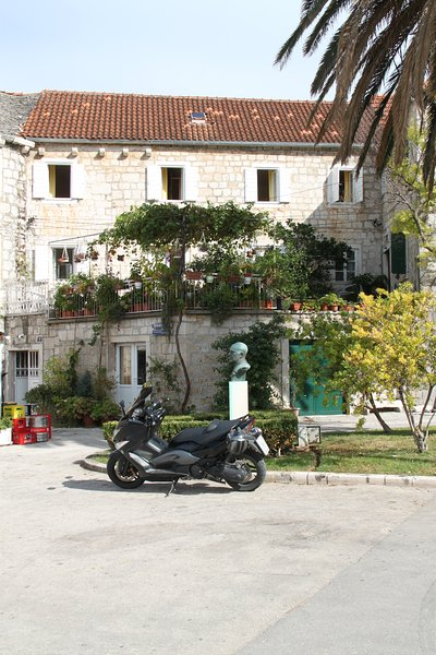 Extremely spacious 4 bedroom Seafront House in Croatian Village, location de vacances à Postira