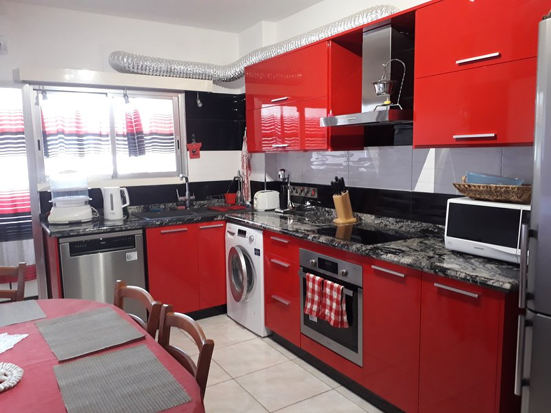 KARAOLIS IMPERIAL COURT: Lovely 3 bedroom Limassol central flat 5' to sea, holiday rental in Agios Athanasios