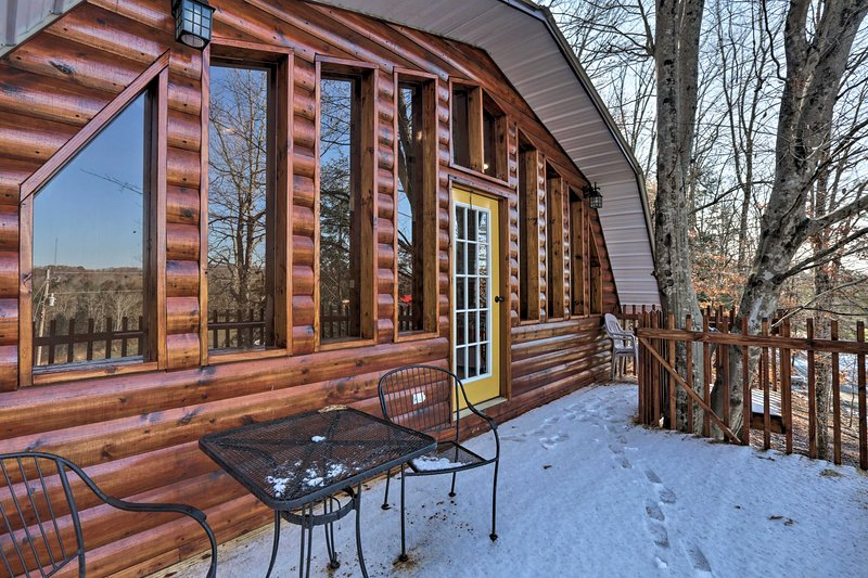 Beattyville Cabin w/Decks-by Red River Gorge!, alquiler de vacaciones en Irvine