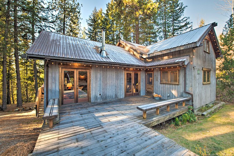 Cabin w/ Hot Tub - 14 Miles to Leavenworth!, holiday rental in Plain