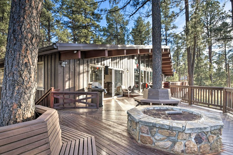 La casa de alquiler de vacaciones en expansión cuenta con cubiertas envolventes y vistas épicas.