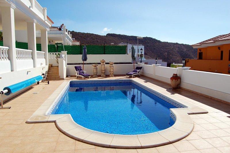La splendida piscina della villa