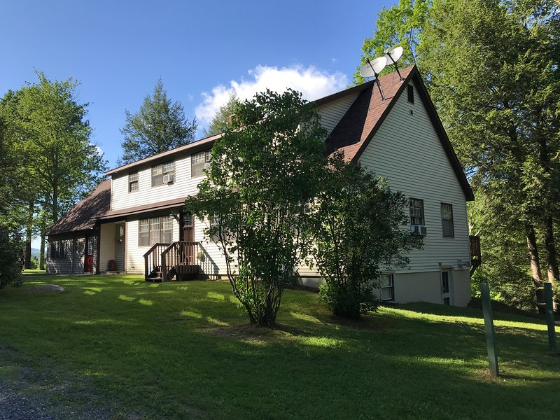Five Bedroom Secluded Ski House Located Two Miles From Downtown Manchester, holiday rental in Arlington