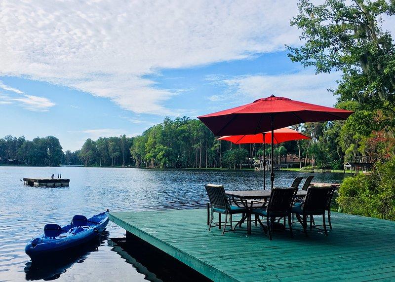 Unique Lakehouse Guest Suite & Vintage Camper with Amenities, alquiler de vacaciones en Lutz
