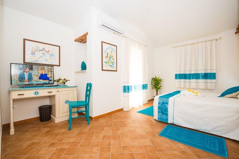 Micali 1 - Camera matrimoniale con balcone e bagno privato, vakantiewoning in Irgoli