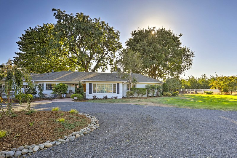 Charming Chico Ranch Home on 2+ Acres w/ Courtyard, alquiler vacacional en Chico
